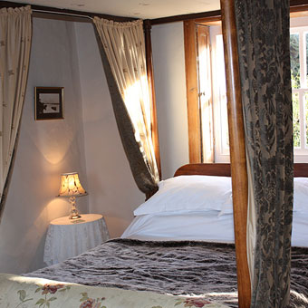 Fourposter bed with wonderful sea view over the harbour